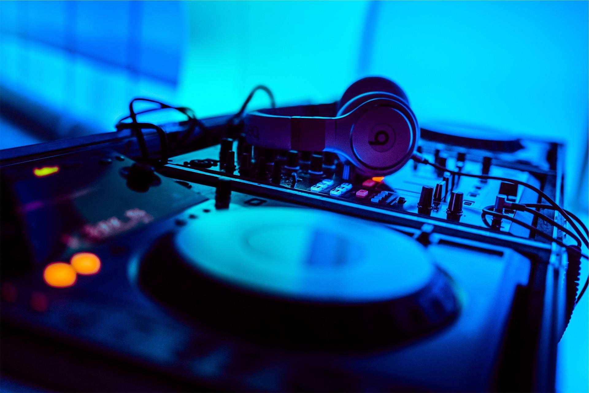 How to make EDM music - DJ or producer